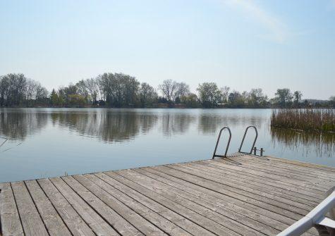 Szigetszentmártonban a Kis-Duna partján  egy közvetlen vízparti, stéges családi ház!