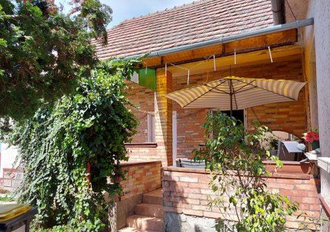 Dabas Sáriban kínálunk eladásra egy jó állapotú két generációs családi házat!