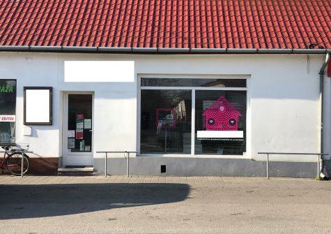 Központban-frekventált helyen lévő üzlethelyiség Kiskunlacházán eladó!