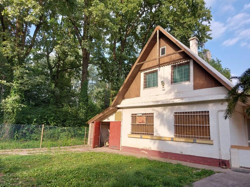 Dömsöd üdülő területén ,erdős zöld övezetben 200 méterre a Dunától felújítandó téglából épült családi ház eladó.