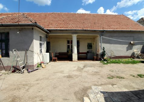 Kiskunlacháza központjában ajánlom figyelmébe az alábbi családi házat.